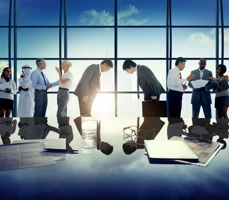 personas saludandose: Hombres de negocios de felicitación Global Negocios Discusión Concepto