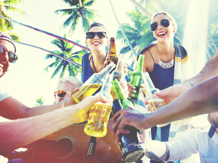 mujer alegre: Amigos Summer Beach Party Saludos Concepto