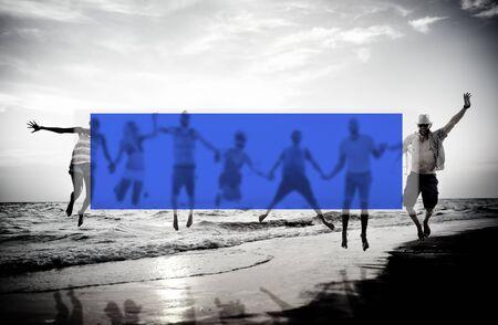 manos entrelazadas: Verano Uni�n Amistad Vinculaci�n vacaciones Concepto Foto de archivo