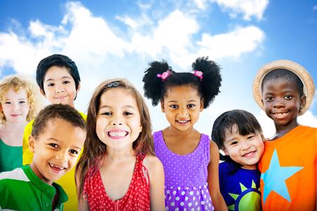 Vielfalt Kinder Freundschaft Unschuld Lächeln Konzept