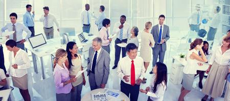 reunion de trabajo: Grupo de hombres de negocios reunión en la oficina