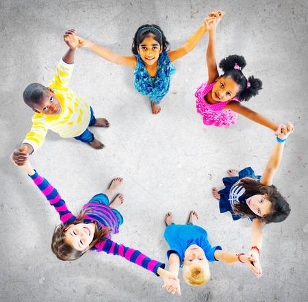 manos sosteniendo: Ni�os Ni�os Alegre Unidad Diversidad Concepto