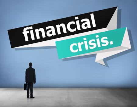 Das Wort Finanzkrise mit einem Geschäftsmann Standard-Bild