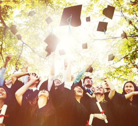 birrete de graduacion: Diversidad Los estudiantes de graduaci�n Celebraci�n �xito Concepto