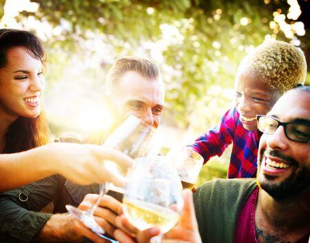 bebiendo vino: Amigos Partido Aire libre Celebración Felicidad Concepto