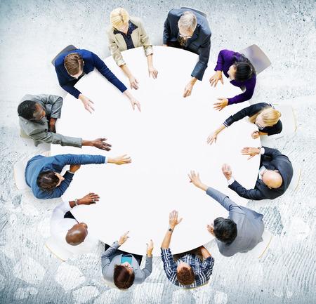 分析概念を満たすビジネス チーム ディスカッション
