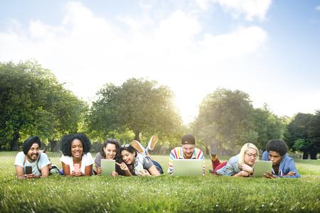 juventud: Diversidad Amigos Relajación Concept Comunicación Conexión Foto de archivo