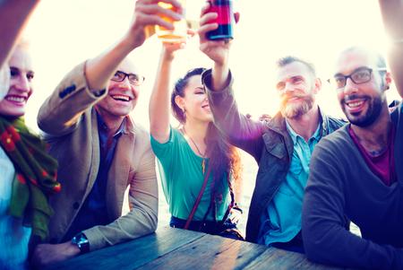 hombre tomando cerveza: Diversas personas Amigos que cuelgan hacia fuera concepto de bebida Foto de archivo