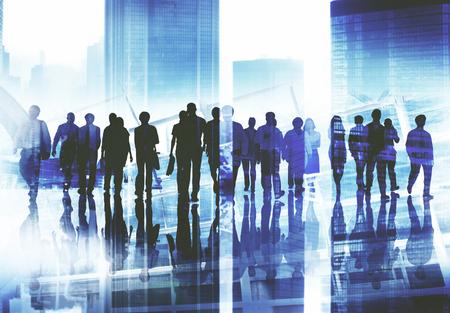 bewegung menschen: Gruppe Gesch�ftsleute, die zu Fu� nach vorne Cityscape Konzept