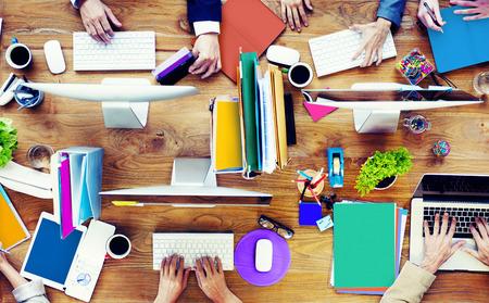 psací stůl: Skupina podnikatelů pracují psací stůl Concept Reklamní fotografie