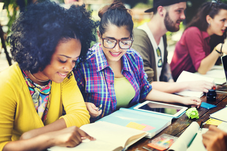 estudiando: Gente diversa que estudia Estudiantes Campus Concepto Foto de archivo