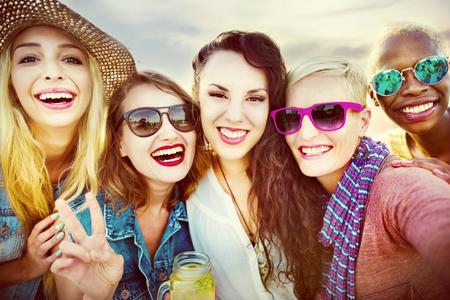 femmes souriantes: Célébration Enthousiaste Bénéficiant Parti Loisirs Bonheur Concept Banque d'images