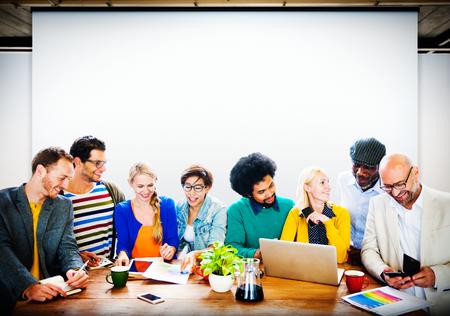 비즈니스 캐주얼 사람들이 사무실 작업 토론 팀 개념