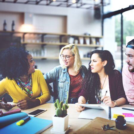 diversidad: Gente Diversa Oficina Lluvia Concepto