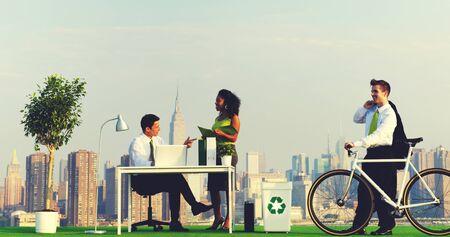 persona viajando: Viajeros de negocios verdes en el concepto de ciudad