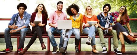 banc de parc: Jeunesse Amis Amitié Ensemble Technologie Concept Banque d'images