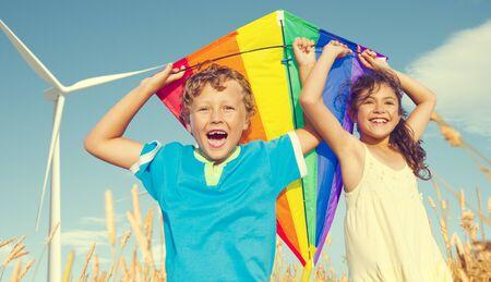 spielende kinder: Kinder, die Drachen-Happiness Fröhlich Sommer Konzept