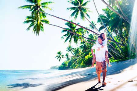 luna de miel: Pareja de luna de miel Tropical Beach Concepto romántico