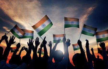 gente saludando: Grupo de personas que ondeaban banderas de la India en Contraluz Foto de archivo