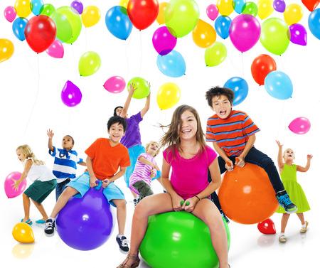 niño saltando: Niños niños jugando Felicidad Alegre Juguetón Concepto Foto de archivo