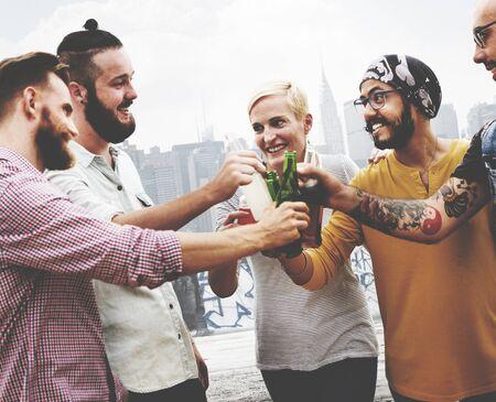 borracho: Celebraci�n Saludos Hipster Beber Junto Amigos Concepto