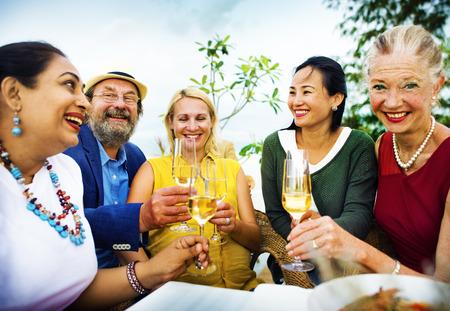 Amis de la diversité accrochant Party Dining COncept Banque d'images