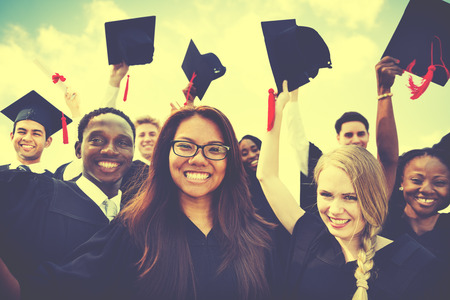gorros de graduacion: Grupo de estudiantes diversos que celebran la graduación Concepto