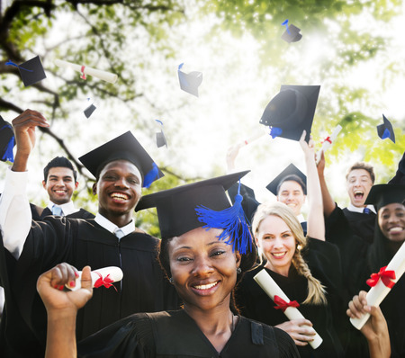 jovenes estudiantes: Diversidad Los estudiantes de graduación Celebración Éxito Concepto