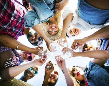 慶典: 海灘乾杯慶祝友誼夏日狂歡概念 版權商用圖片