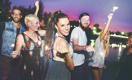 nacht: Diverse Ethnic Friendship Party Freizeit Happiness Konzept