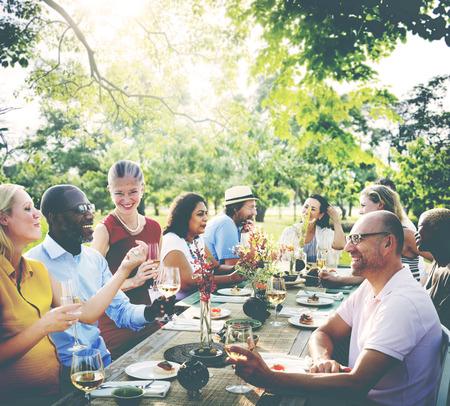 al aire libre: Diverse Gente Almuerzo Aire libre concepto de alimentación Foto de archivo
