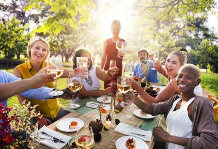 다양한 사람들이 파티 공생 우정 개념 스톡 콘텐츠