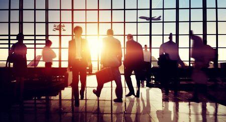 国際空港ターミナルの旅行ビジネス旅行コンセプト