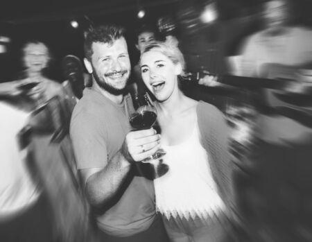 borracho: Diversas personas Amigos que cuelgan hacia fuera concepto de bebida Foto de archivo