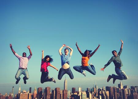 amicizia: Allegro People Jumping Amicizia Felicità Città Concetto