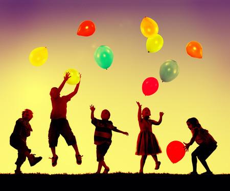 niños jugando: Niños globo Diversión Niñez Concepto Jugar Foto de archivo