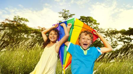 Niños que juegan Felicidad Kite Alegre Concepto verano
