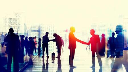 handshake: Poca gente de negocios Commuter Hora punta del apret�n de manos Concepto