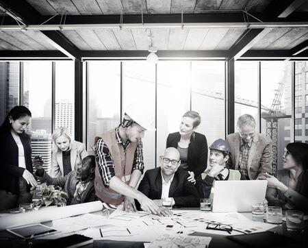 reuniones empresariales: Ingeniero Arquitecto Reunión Gente Lluvia Concepto Foto de archivo