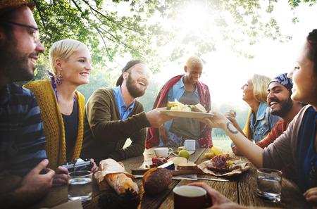 přátelé: Diverse Lidé Oběd venku potravin Concept