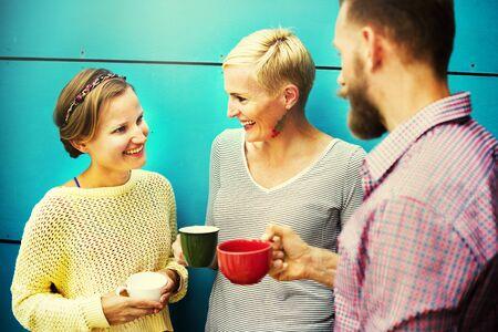 socializing: Grupos Personas Chateando Interacci�n Socializar Concepto