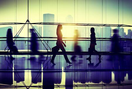 personas caminando: Gente que recorre Commuter Pasillo Compras Concepto
