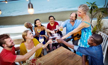 友人のお祝いビーチ幸福概念 写真素材