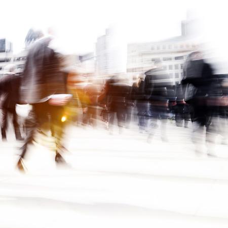 Vrouw Rushing In een stad Wandelen Mensen Menigte Concept Stockfoto