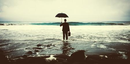 외로운 사업가 혼자 불안 해변 개념