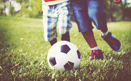 niños jugando en el parque: Niños africanos que juegan Ejercicio Concepto de Fútbol Foto de archivo