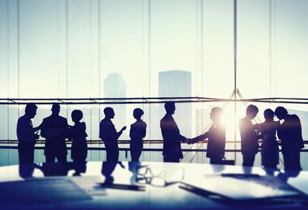 reuniones empresariales: Siluetas de Concepto Gente de negocios reuni�n del apret�n de manos Foto de archivo