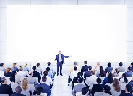 personas escuchando: Diverse concepto de negocio Gente altavoz Conferencia Foto de archivo