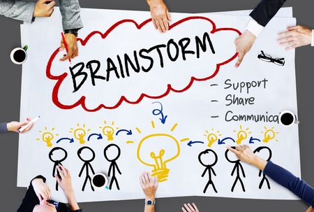 tormenta de ideas: Lluvia de ideas Pensando Ayuda Compartir Comunicación Concepto Foto de archivo