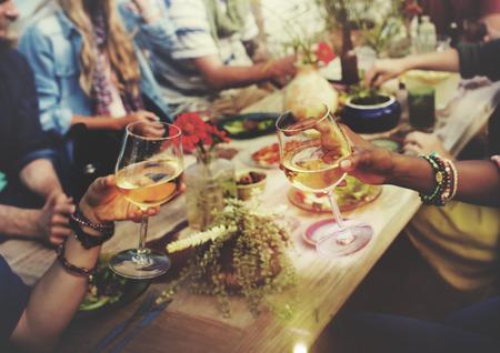 přátelé: Beach Cheers Celebration Přátelství Letní zábava Večeře Concept
